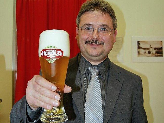 František Pinkava, sládek březnického pivovaru se sklenicí pšeničného kvasnicového ležáku Herold.