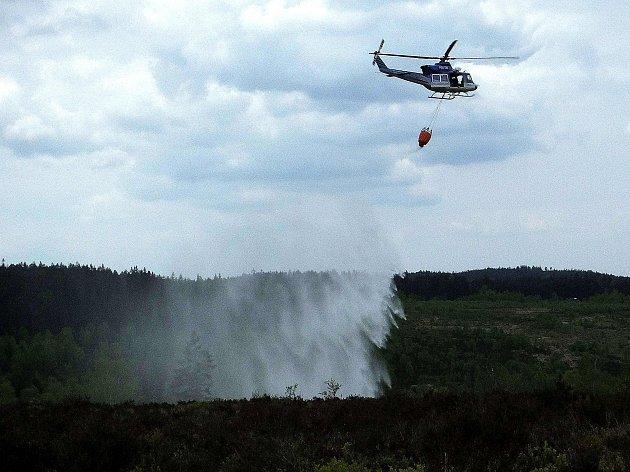 VCHKO Brdy na dopadové ploše Jordán proběhlo taktické cvičení hasičů sreálnou simulací hoření vřesoviště.