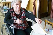 Klientka sedlčanského domova seniorů Jana Kobíková odvolila i při zdravotních problémech.
