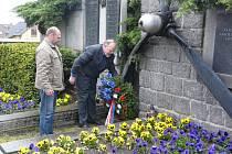 PIETNÍHO aktu u hrobu sovětských vojáků a náhrobku amerických letců se účastnil radní Jaroslav Kolský a Jiří Daněk.