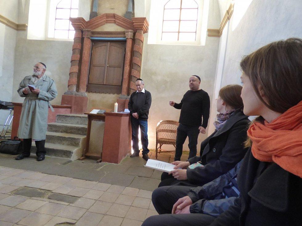 Tři desítky lidí se účastnily 24. dubna 2017 v Kosově Hoře celorepublikové akce, při níž si obce a města připomínaly svoje zavražděné sousedy v době holocaustu.
