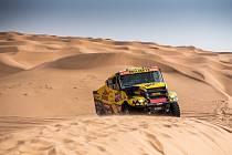 Kamion Martina Macíka projíždí dunami během Dakaru 2021.