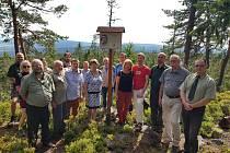 Pamětní desku odhalili jeho příbuzní a přátelé společně s brdskými lesníky.