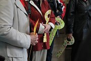 Noví nájemníci Komunitního domu seniorů (neboli KoDuSu) si ve středu symbolicky převzali klíče od svých bytů.