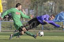 Bítešskému brankáři Tomáši Pelánovi se po zápase muselo zdát o čertech, inkasoval hned osmkrát. Na snímku se ho snaží překonat útočník Slovanu Jindřich Kučera.