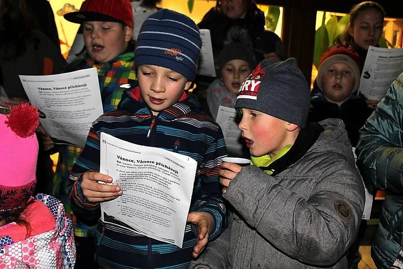 Zpívání koled v Obecnici.