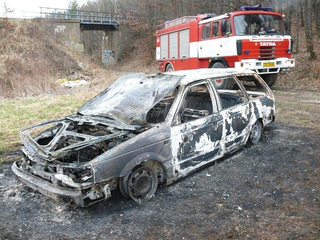 Z auta nezůstalo víc než vypálený vrak.