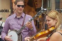 DUO Pe & Pe, tedy banjista Petr Ježek a zpívající houslistka Petra Fabianová v Dublinu.