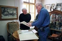 Geolog Václav Cílek (vlevo) s ředitelem hornického muzea Josefem Velflem při své nedávné návštěvě v Příbrami.