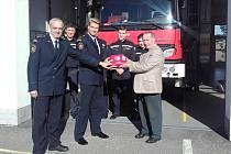 Sedlčanští hasiči mají nový defibrilátor.