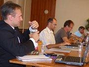 """Rostislav Hefka (vlevo) se například zajímal, proč v dodatku smlouvy obnovení interního oddělení """"vypadlo""""."""