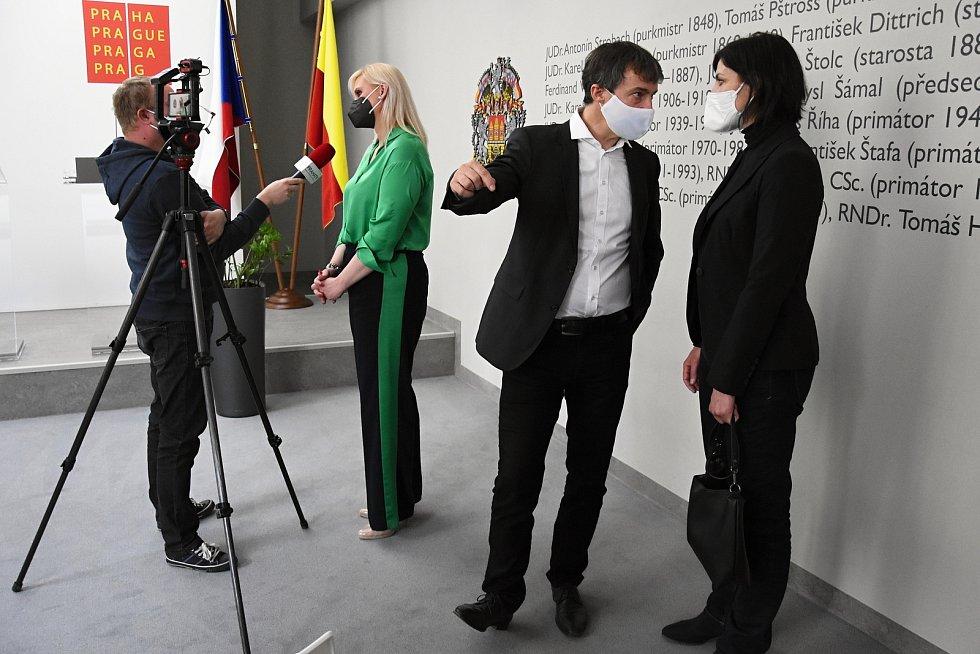 Tisková konference 16. dubna 2021: Zdeněk Hřib, Petra Pecková, Vít Šimral, Milan Vácha, Tomáš Portlík, Laura Roden, Vít Hofman.