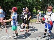 Smysl pro humor a nadhled mají obyvatelé obce Obecnice. Řada jejích obyvatel se prošla ulicemi obce v sobotu na lyžích.
