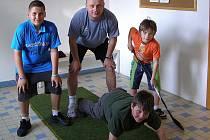 Jaroslav Brabec na tréninku s malými hokejisty.