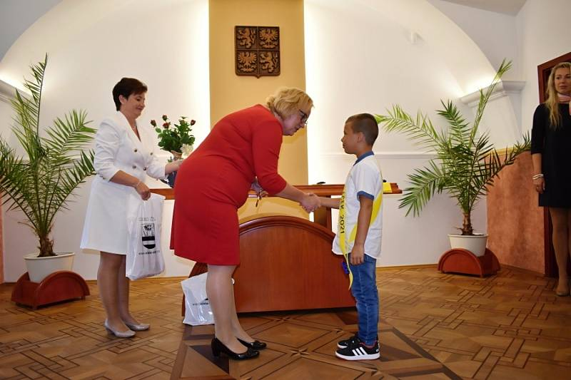 Slavnostní přivítání prvňáčků na obecním úřadě v Čisté.