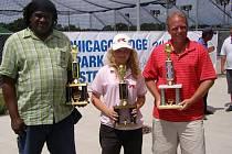 Vlevo vítěz kategorie amatérů Calvin Owens, uprostřed vítězka kategorie žen Olivia Prokopová, vpravo vítěz kategorie Open Kevin Lacey.