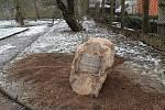 Pamětní deska Václava Laňky je už umístěná v botanické zahradě. Vyrobil ji kameník Ladislav Humpál.