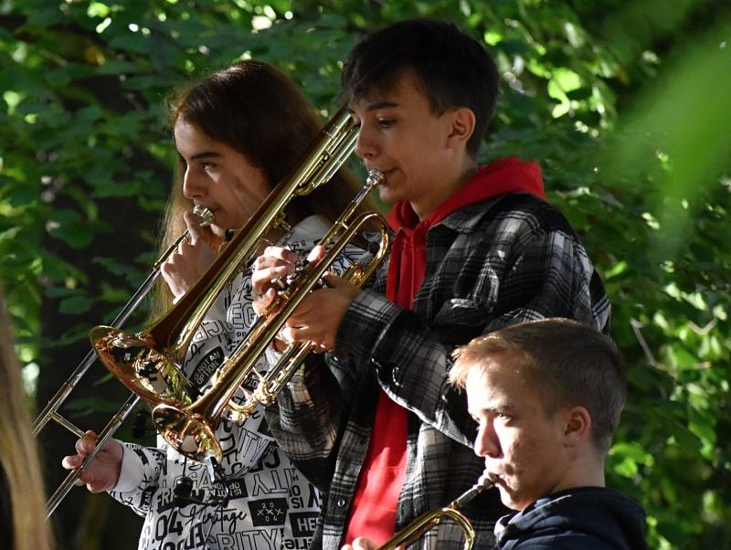 Koncert kapel Smallpeople a Grippeds v Čermákových sadech v Rakovníku.