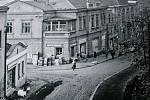 Nádražní ulice z jihu. Rohová budova zvaná též jako Živnodům byla zbořena v 60. letech 20. století.