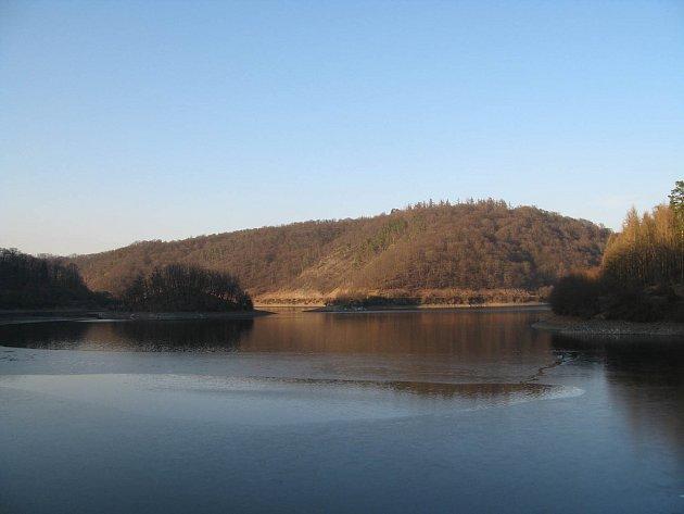KRÁSNÝ je pohled do Lánské obory, kam je ovšem pro běžného návštěvníka Křivoklátska vstup zakázán a to z důvodů zachování čistoty okolí zdroje pitné vody - pásma hygienické ochrany 1. stupně. Navíc se zde nachází původní zachovalá flóra i fauna.