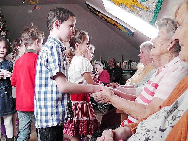 Děti přišly potěšit seniory