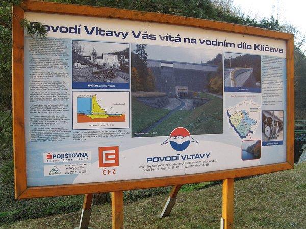 INFORMAČNÍ panel přehradní nádrže Klíčava sinformacemi pro turisty a návštěvníky, kontakty na správce.