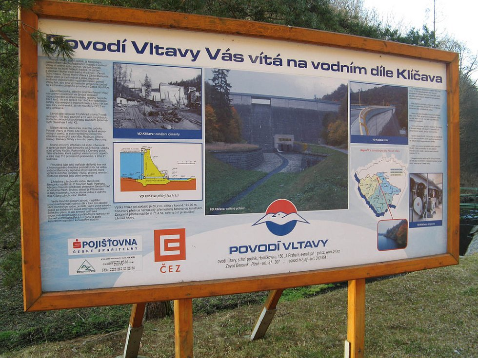 INFORMAČNÍ panel přehradní nádrže Klíčava s informacemi pro turisty a návštěvníky, kontakty na správce.