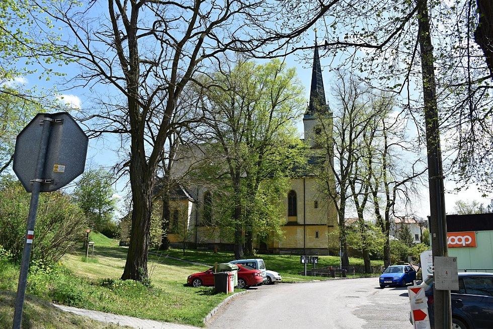 V městysu Křivoklát se vedle výstavby tlakové kanalizace plánuje stavba dvou lávek, snížení energetické náročnosti místní školy nebo také přístavba hasičské zbrojnice.