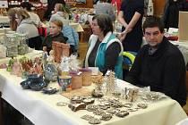 Sál senomatského kulturního domu se třetí prosincovou sobotu zaplnil drobnými i většími dárky, perníčky, medem, vůní svařáku, keramikou, proutěným zbožím a dalšími a dalšími adventními lákadly.
