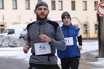 Ondřej Mánek (za choceňským Borovcem) na trati maratónu.