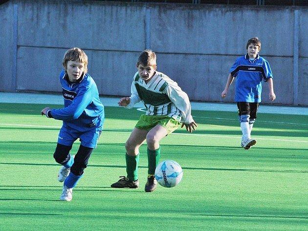 Mladší žáci SK Rakovník  (v modrých dresech) sehráli přípravný zápas s SK Zeleneč