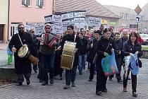 Demonstrace proti kácení lip na Komenského náměstí v Novém Strašecí