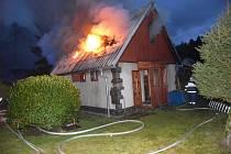 Požár chaty v rekreační osadě Čistý Rybník u Lužné.