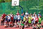 Účastníci basketbalového kempu v Novém Strašecí. Vojta Hruban (v bílém)byl patronem basketbalového kempu v Novém Strašecí.