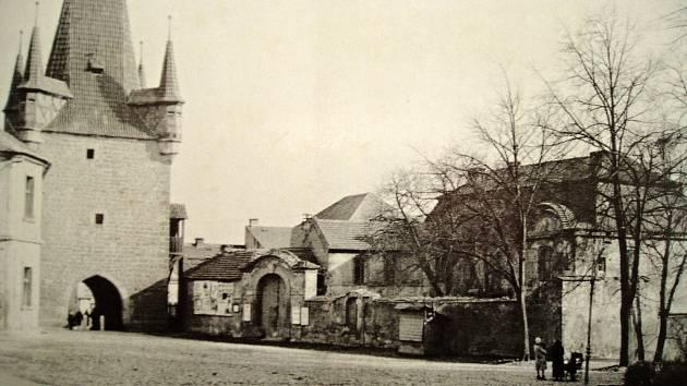 Pohled na bývalý palác plaských cisterciáků ze severozápadu v roce 1913.