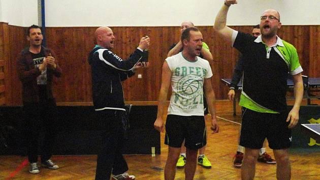 Hned po posledním vítězném míčku propukly oslavy, které řídil nadšený Václav Hejda.