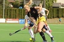 Jediný gól rakovnického týmu ve finále vstřelila z penalty Anna Vorlová (v modrožlutém v souboji s hostivařskou obranou), která za několik dní oblékne český reprezentační dres v utkáních v Irsku o postup do přímé kvalifikace na olympiádu v Tokiu