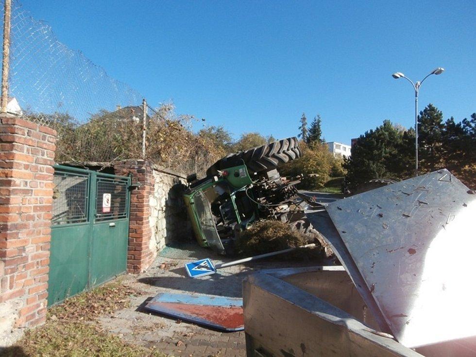 Dopravní nehoda traktoru s vlekem v ulicích Rakovníka 12. října 2019.