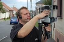 Velitel městských strážníků v Novém Strašecí Martin Novák s mobilním radarem