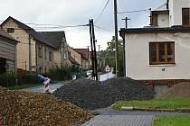 Přípravy na stavbu chodníku podél silnice II/229 ve Hředlích.