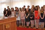 Studenti gymnázia obdrželi ve Slavnostním sále Městského úřadu Nové Strašecí maturitní vysvědčení.
