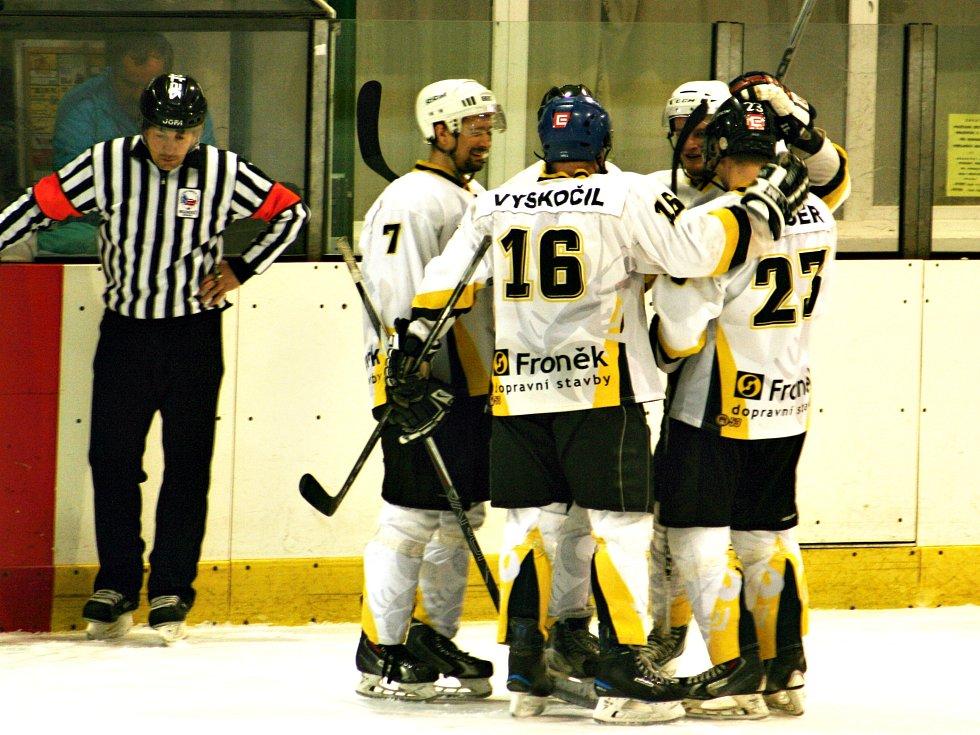 Rakovničtí hokejisté se radují z vítězného gólu, který vstřelil Tolkner.