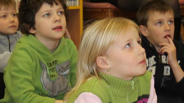 Cestování po ostrovech s knihami a pohádkami pro děti z mateřských školek v rakovnické knihovně