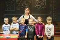 Paní učitelka Petra Šnoblová vede spojenou třídu, první až třetí třídy. V první třídě v ZŠ Slabce je šest prvňáků.