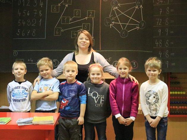 Paní učitelka Petra Šnoblová vede spojenou třídu, první až třetí třídy. Vprvní třídě vZŠ Slabce je šest prvňáků.