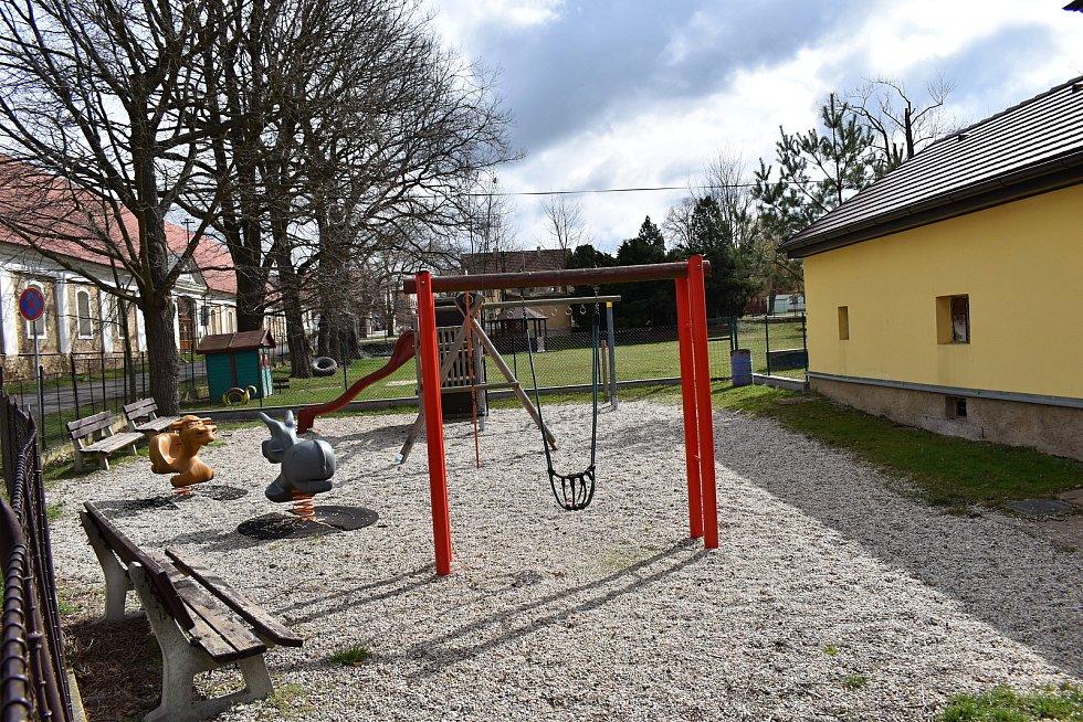 Zahrada základní školy v Chrášťanech.