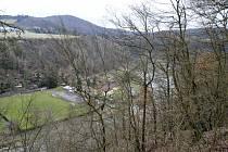 Mezi svahy řeky a za hospůdkou Ludmila by měla podle studie vyrůst 38 metrů vysoká hráz.