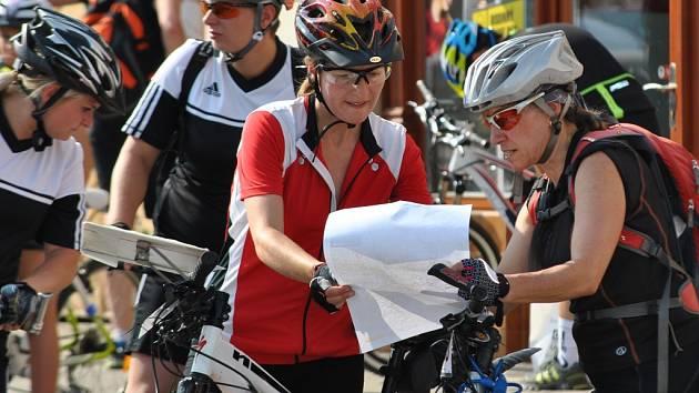 Orientační závod dvojic před startem na Husově náměstí - Rakovnické cyklování 2015