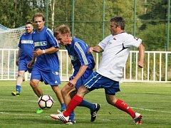 Přátelské utkání Staré gardy Nového Strašecí a fotbalových internacionálů skončil nerozhodně 3:3.