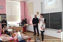 I na základní škole v Lužné se dnes rozdávalo vysvědčení. Vysvědčení tu dostalo celkem 25 dětí. Ne všichni na něm však měli samé jedničky. Za odměnu dostaly děti od své třídní učitelky akvárko s rybkami.
